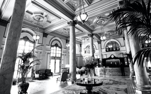 Willard-Intercontinental-Lobby-Black-and-White